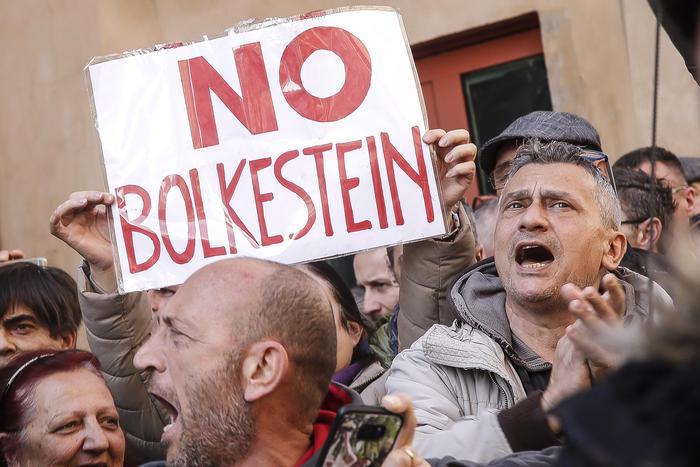 Roma, protesta ambulanti: bloccano le strade con i furgoni, traffico in tilt