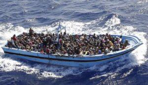 """Migranti, Minniti: """"Sbarchi calati del 30%"""". Frontex: """"Allarme nuove rotte"""". A chi dobbiamo credere?"""