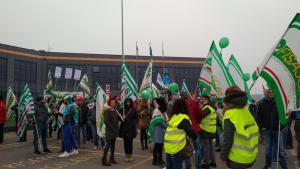"""Black Friday, dipendenti in sciopero: """"Oggi il pacco è per Amazon"""""""