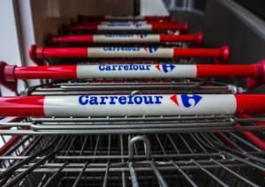 Tivoli, dipendenti Carrefour fanno selfie con agnelli morti alla macelleria