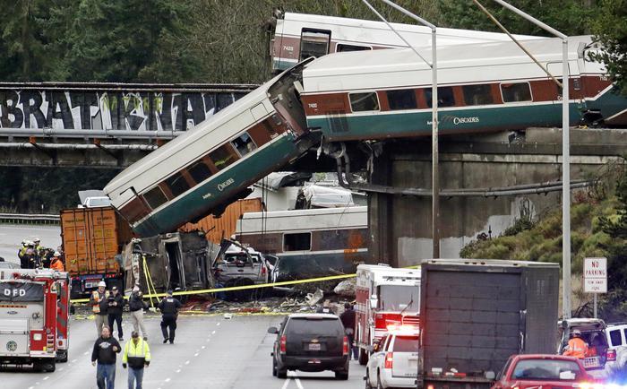 Usa: treno deraglia e finisce su autostrada, ci sono delle vittime. La tratta era stata appena inaugurata