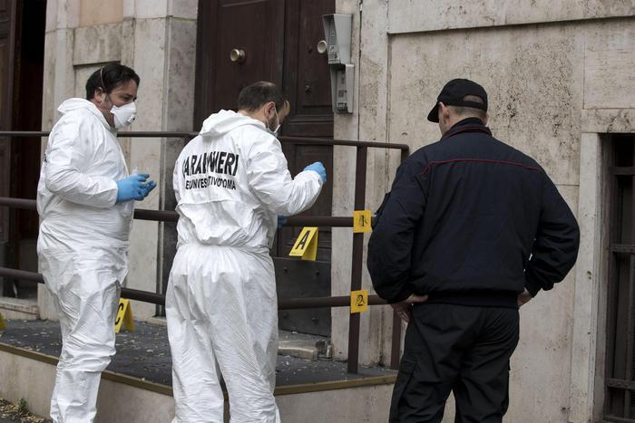 Roma, esplode ordigno davanti alla caserma dei carabinieri: si indaga per terrorismo