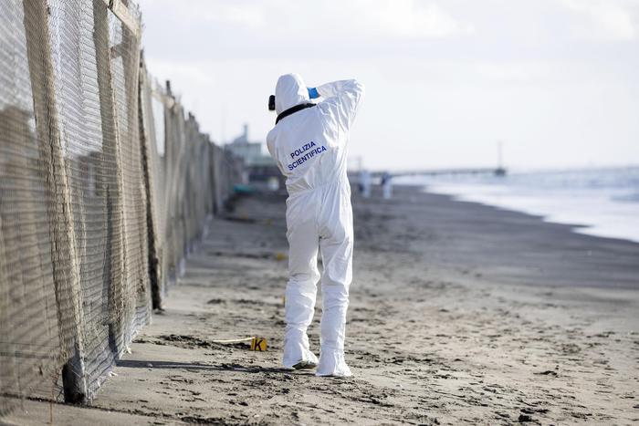 Ostia, cadavere rinvenuto sulla spiaggia: sul posto la polizia scientifica