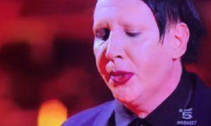 """""""Music"""", flop di ascolti e polemiche sulla presenza di Marilyn Manson... che sputa sul palco"""