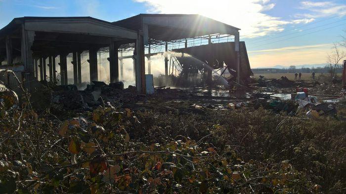 """Pavia, allarme nube tossica per incendio in fabbrica abbandonata. Il sindaco: """"Non consumate ortaggi, finestre chiuse"""""""