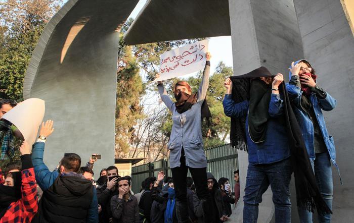 Iran, proseguono le proteste antigovernative: in 6 giorni più di 20 morti e 450 arresti