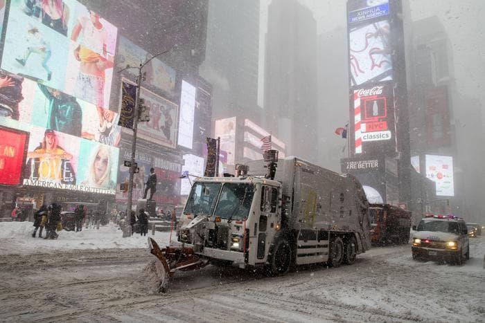 Ciclone, a New York corsa al cibo: aeroporto JFK in tilt, allerta bufera in 13 stati