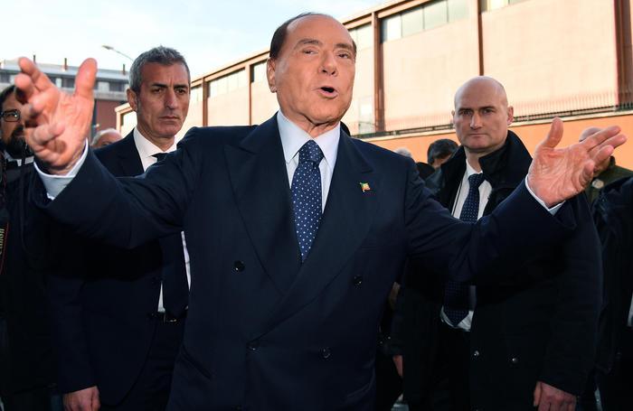 """Berlusconi sui migranti: """"Bolla sociale, 600 mila da mandare via. Niente razzismo, ma servono regole"""""""