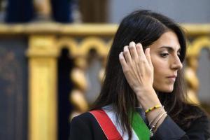 """L'annuncio di Virginia Raggi: """"Dal 2024 diesel vietate nel centro di Roma"""""""