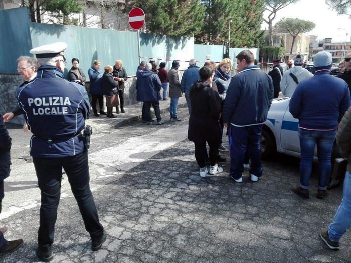 Napoli, donna uccisa davanti alla scuola dei figli: si cerca il marito