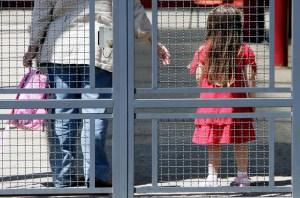 Roma, arrestato maestro di materna per abusi su bimbe tra i 3 e i 5 anni: denunciato dai genitori