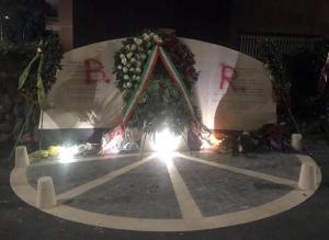 Roma, sfregio sulla lapide commemorativa in via Fani: scritta rossa che inneggia alle BR