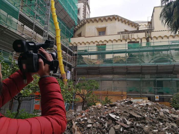 Napoli, crolla il muro di un ex monastero: 4 operai estratti vivi, uno grave