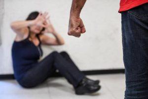 Milano, abusa di una ragazza e pesta di botte il fidanzato: è caccia all'uomo