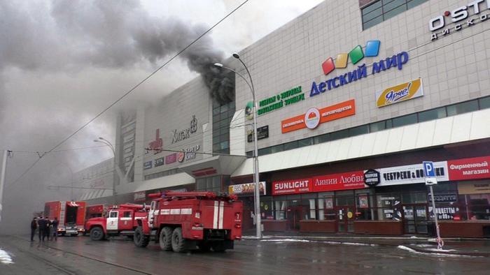 Siberia, grosso incendio in un centro commerciale: almeno 37 morti, diversi i feriti e i dispersi