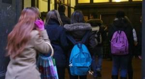 Alessandria, legano insegnante alla cattedra e la prendono a calci: episodio ripreso con cellulari, classe sospesa