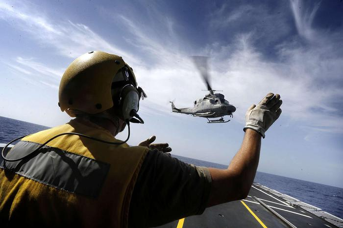 Precipita in mare elicottero della Marina: morto membro dell'equipaggio, in salvo gli altri 4