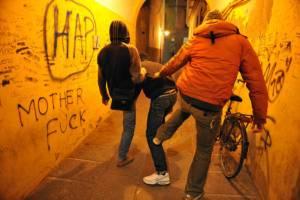 """Roma, ragazzo aggredito e insultato perché gay: """"Erano naziskin"""""""
