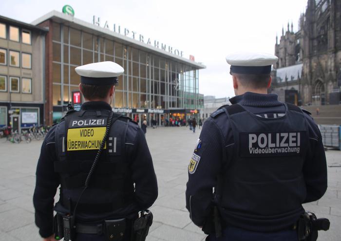 Germania, entra in un panificio e ferisce gente a caso: la polizia gli spara