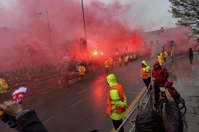Scontri a Liverpool dopo la partita di Champions League: tifoso inglese accoltellato, arrestati due tifosi romanisti per tentato omicidio