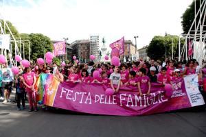 """Roma, asilo elimina la festa del papà e della mamma: """"Discrimina i figli di una coppia gay"""". Scoppia la polemica"""