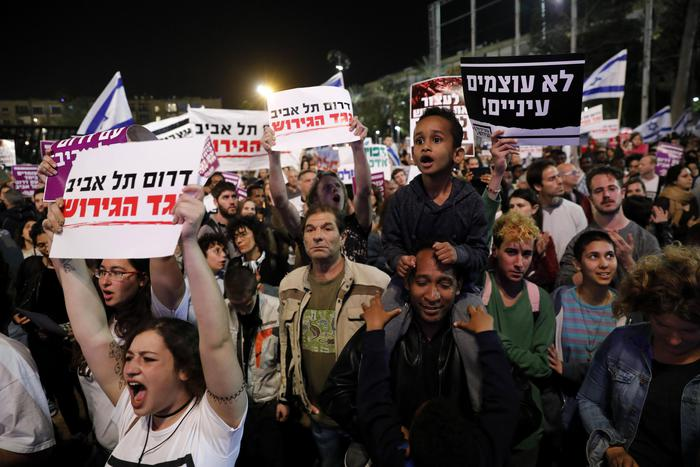 """Israele, premier Netanyahu: """"Intesa con Onu, migranti anche in Italia"""". Poi smentisce e la Farnesina risponde: """"Nessun accordo"""""""