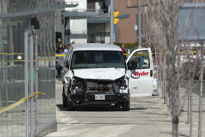Toronto, furgone travolge pedoni: autista arrestato, si parla di almeno 9 morti. In città è in corso il G7