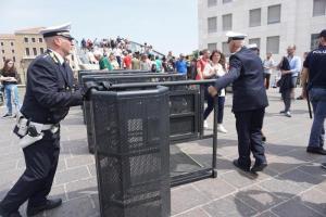 """Venezia, protesta no global: """"Servono case, non check point"""". Rimosso tornello blocca-turisti a Piazzale Roma"""