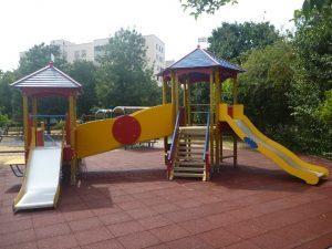 Vicenza, il parco giochi vietato agli adulti single: fino a 500 euro di multa. Scoppia la polemica