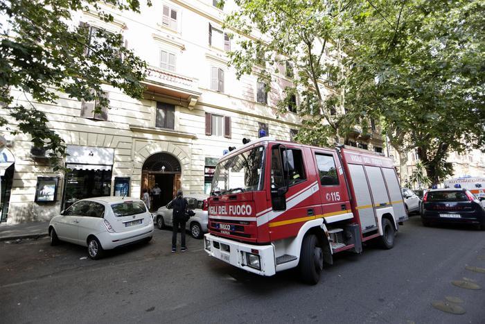 Roma, apre l'ascensore e precipita per 5 piani: donna muore sul colpo