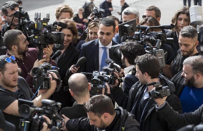 """M5S, Di Maio: """"Con un governo di tregua, partiti traditori del popolo"""". Beppe Grillo rilancia il referendum sull'euro"""