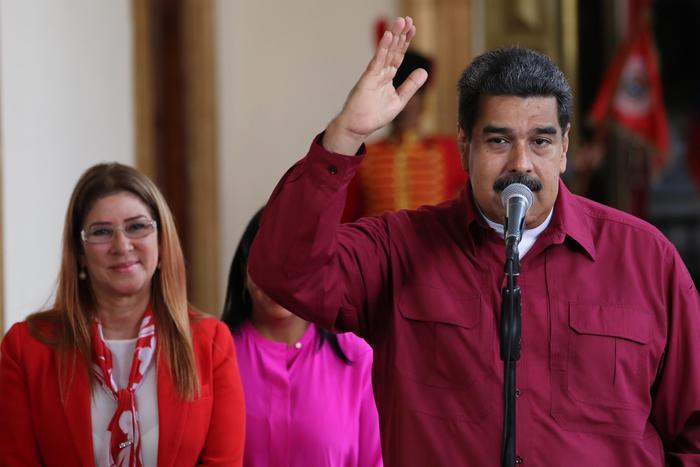 Venezuela, Maduro rieletto presidente: affluenza bassa e accuse di brogli. Esce dal seggio e saluta, ma in piazza non c'è nessuno