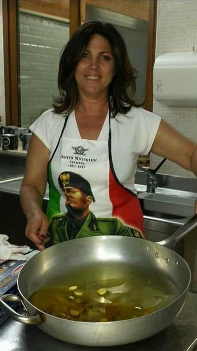 Foggia, la vicesindaca ai fornelli con il grembiule di Mussolini: scoppia polemica