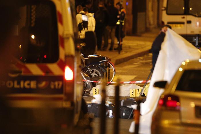 Parigi: accoltella passanti, un morto e 4 feriti. L'attentatore (ucciso) era ceceno e schedato per radicalizzazione