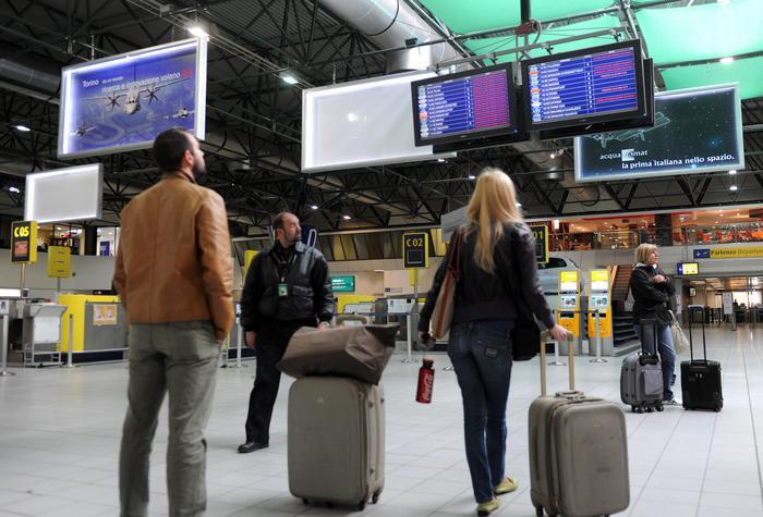 Aerei, le trappole al check-in e i prezzi che lievitano per i voli delle vacanze