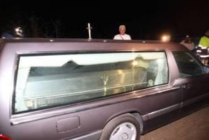 L'autista ha un malore, il carro funebre sbanda: ragazza travolta e uccisa. Conducente stroncato da un infarto