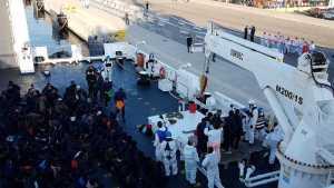 """La nave Aquarius a Valencia, Salvini: """"Ne accolgano altri 66 mila"""". Renzi: """"Fa il bullo sulla pelle di 629 disgraziati"""""""