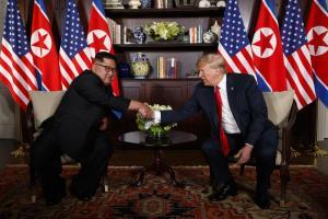 """Summit Trump-Kim Jong-un: storica stretta di mano tra i due leader. Il presidente Usa: """"Sul nucleare risolveremo insieme"""""""