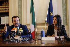 """Roma, Raggi e Salvini sfidano la Corte Ue: """"Legalità, ordine e rispetto prima di tutto"""". Sgombero campo rom Camping River"""