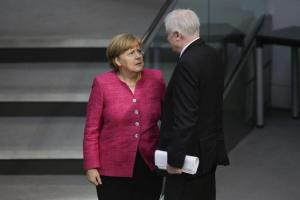 """Germania, Merkel e Seehofer hanno trovato un accordo un accordo sui migranti: """"centri transito"""" per chi è registrato in altri Paesi"""