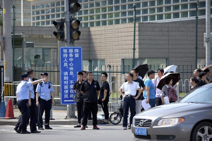 Pechino, ordigno davanti all'ambasciata Usa: la bomba esplode nelle mani dell'attentatore