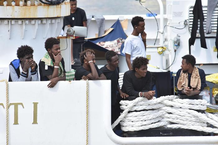 """Nave Diciotti, Di Maio: """"Se Ue non accetta i migranti, stop ai contributi"""". Salvini: """"Il mio obiettivo è il 'no way' australiano"""""""