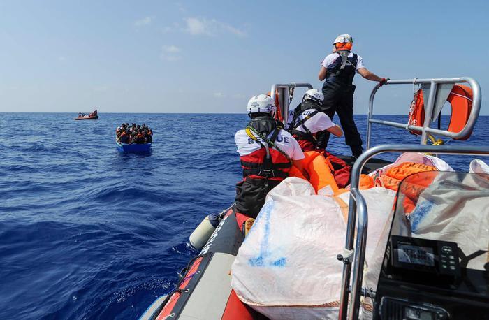 Aquarius, accordo raggiunto: attraccherà a Malta, poi i migranti saranno accolti in sei Paesi Ue