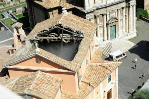 """Roma, crolla tetto nella chiesa dei matrimoni ai Fori. Vescovo Libanori: """"Poteva essere una strage"""". Aperta inchiesta per disastro colposo"""