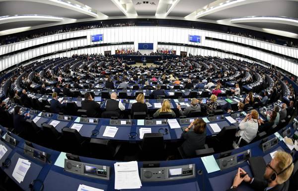 """Copyright, il Parlamento europeo approva la riforma. Di Maio: """"Vergogna Ue, questa è censura preventiva"""""""