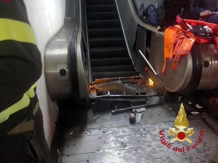 """Roma, crollo della scala mobile nella metro: """"Strano incidente, qualcosa non torna"""". Indagano Procura e Atac"""