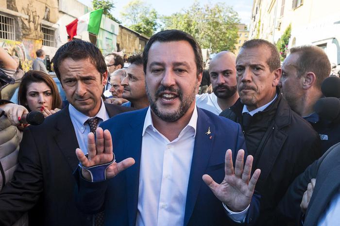 """Morte Desirée, Salvini a San Lorenzo: """"Vattene, sciacallo"""". Il ministro rinuncia a visitare lo stabile dove è morta: """"Tornerò con la ruspa"""""""