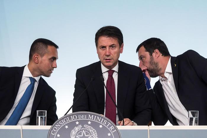 """Rifiuti, Conte: """"Guerra ai roghi"""". Di Maio: """"Maggiore rispetto per i campani"""". Oggi il governo a Caserta"""
