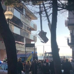 Taranto, cestello di una gru si ribalta: 2 operai precipitano e muoiono sul colpo