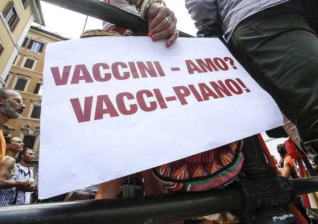 Macerata, ostetrica No Vax rifiuta di vaccinarsi: licenziata dall'ospedale. E' il primo caso
